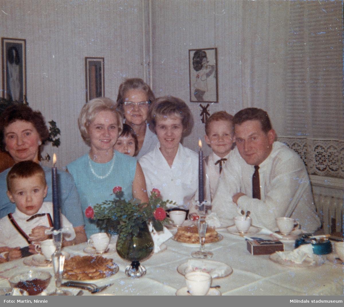 Ninnie Tobiasson har kalas och firas av släkten på Krokslättsgatan 3. Från vänster: farmor Maj med 2-årige barnbarnet Lars-Åke i knäet, Ninnie, 6-åriga Ilse och mormor Sonja kikar fram, moster Britt-Marie, 6-årige Kenneth och morbror Kent (B-M och Kent är Kenneths föräldrar).