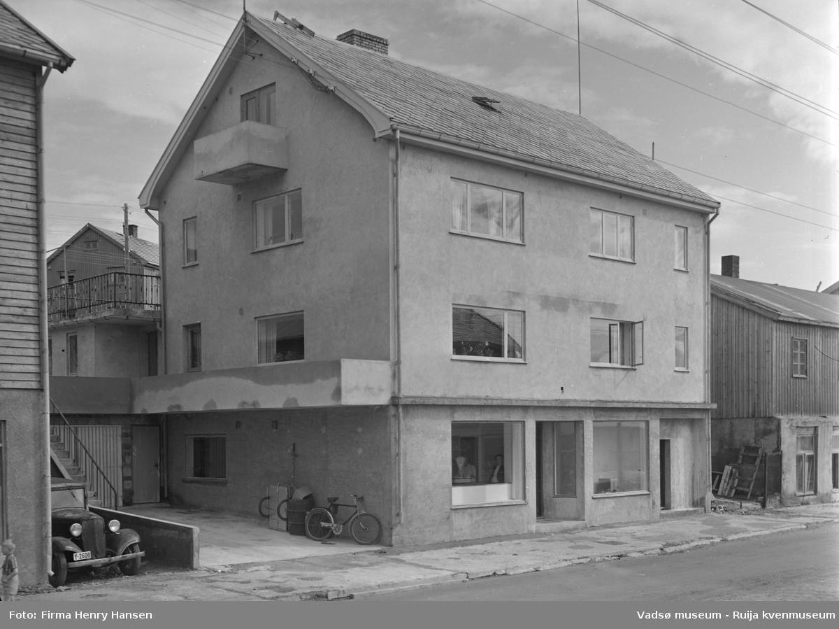 Vadsø sentrum 1952, Havnegata 5 Langsethgården. Bildet er tatt mot nordøst. I huset til høyre har Rolf og Henry Hansen butikk i sokkeletasjen, Rolf Hansens familie bodde i 1.etasje.