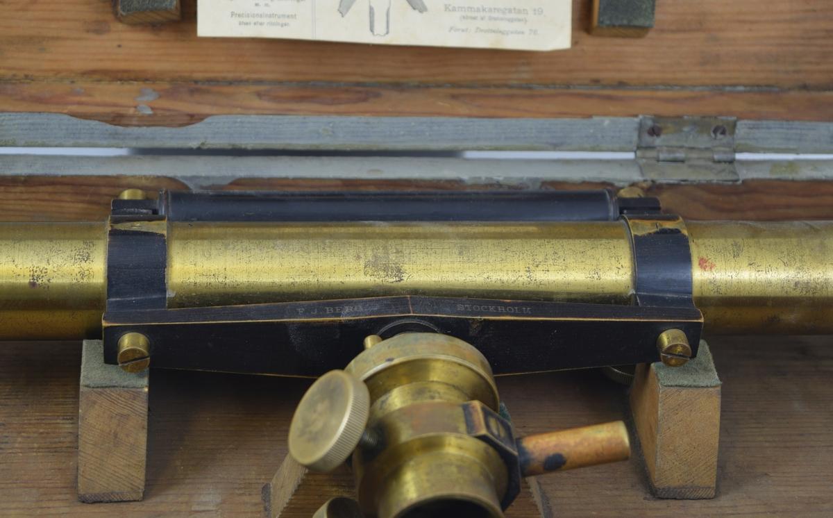 Landmålingskikkert/teodolitt brukes til å måle nivå/høydeforskjeller i terreng. Instrumentet er montert i trekasse med lærreim.
