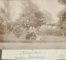 I trädgården. Sandberg, Säfwenberg.
