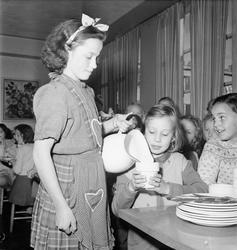 """""""1,400 upsalabarn får skolfrukost gratis"""", Uppsala 1948"""