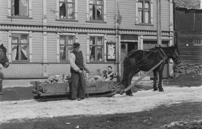 Malmkjører med hest og slede i Bergmannsgata på Røros
