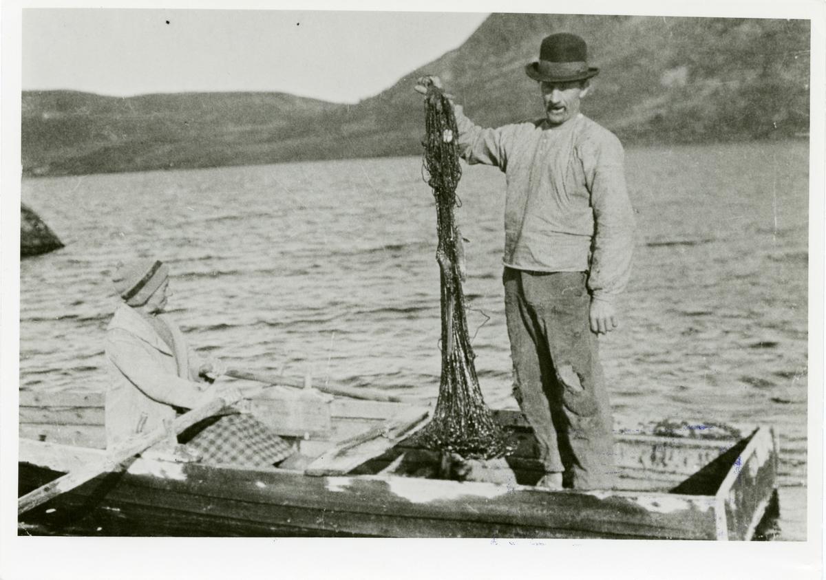Per og Bertine Listrud fiskar i Rabalstjernet.