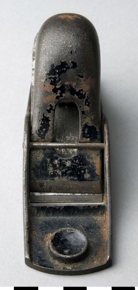 Hyvel tillverkad av stål. Spånöppningen är inte ställbar. Skruven som sitter under handtaget i hyvelns främre ände är till för att spänna spånklaffen. Hyveln är stämplad med nr 102 på plattan under handtaget. Stöthyveln är avsedd för hyvling av ändträ, stötning av geringar m.m.  Funktion: Avsedd för hyvling av ändträ