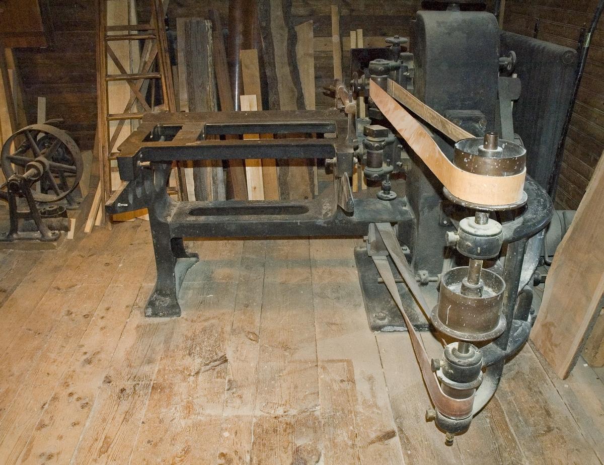Tappmaskin med helgjutet stativ av järn. Avsedd för remdrift.  Funktion: Maskin för tappskärning och slitsning
