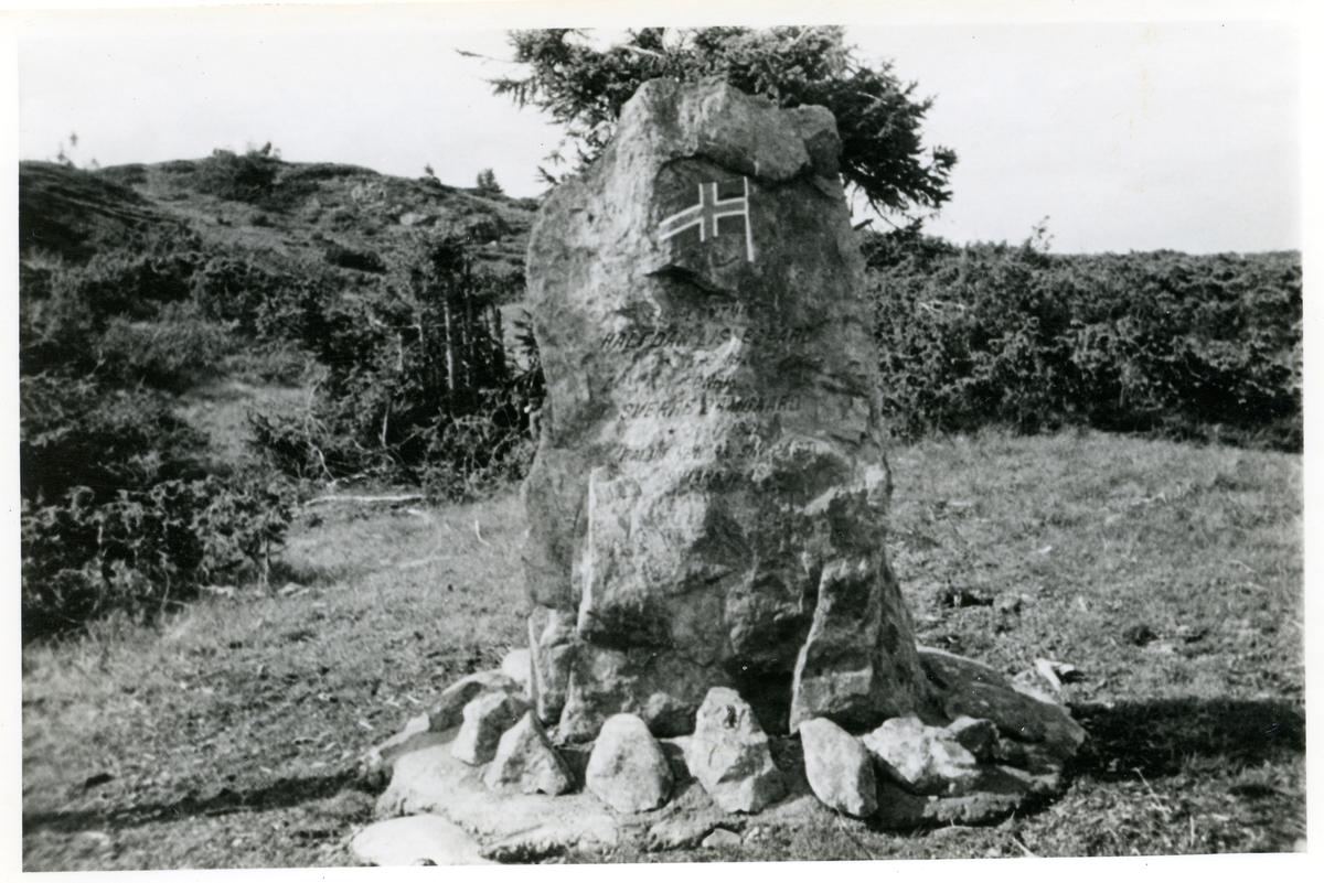 Makalausfjellet, Sør-Aurdal. Minnestein over omkomne i flyulykke 9. mars 1949.