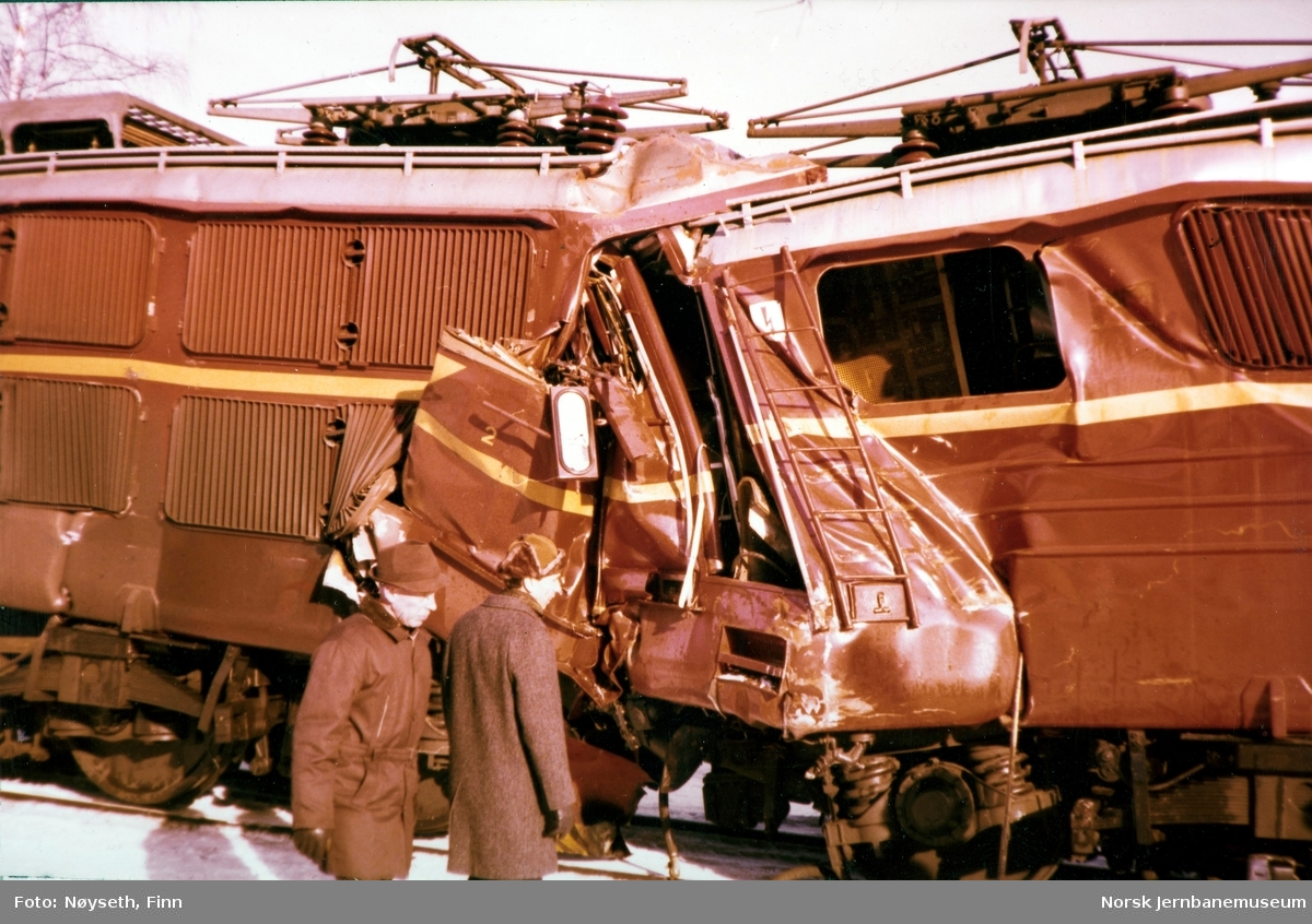 Lokomotivene fra Tretten-ulykken, fotografert på Tretten stasjon, sett fra vest med lok 2183 til høy