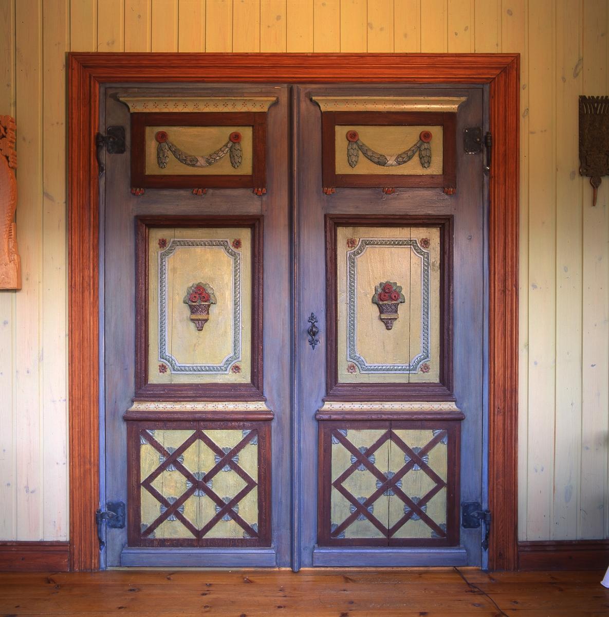 Ett par dörrar med bemålade detaljer, 12 juli 1997 på Livgården.