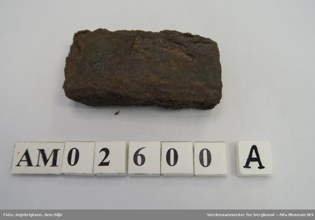 Gjenstand A er rektangulær og av tykkere størrelse enn gjenstand B, som er tynn og med gjenger på innsiden.
