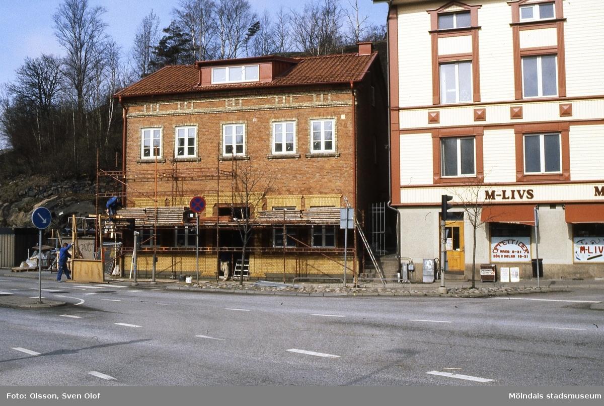 Byggnader vid Gamla Torget i Mölndal, mars 1992. Reparation av gamla brandstationen med adress Kvarnbygatan 41 Till höger ses även del av gamla stadhuset med adress Kvarnbygatan 43. Kv 14:10.