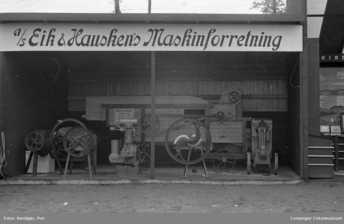 Fra utstillingen om høsten under byjubileet i 1936, Eik & Hausken's Maskinforretning.