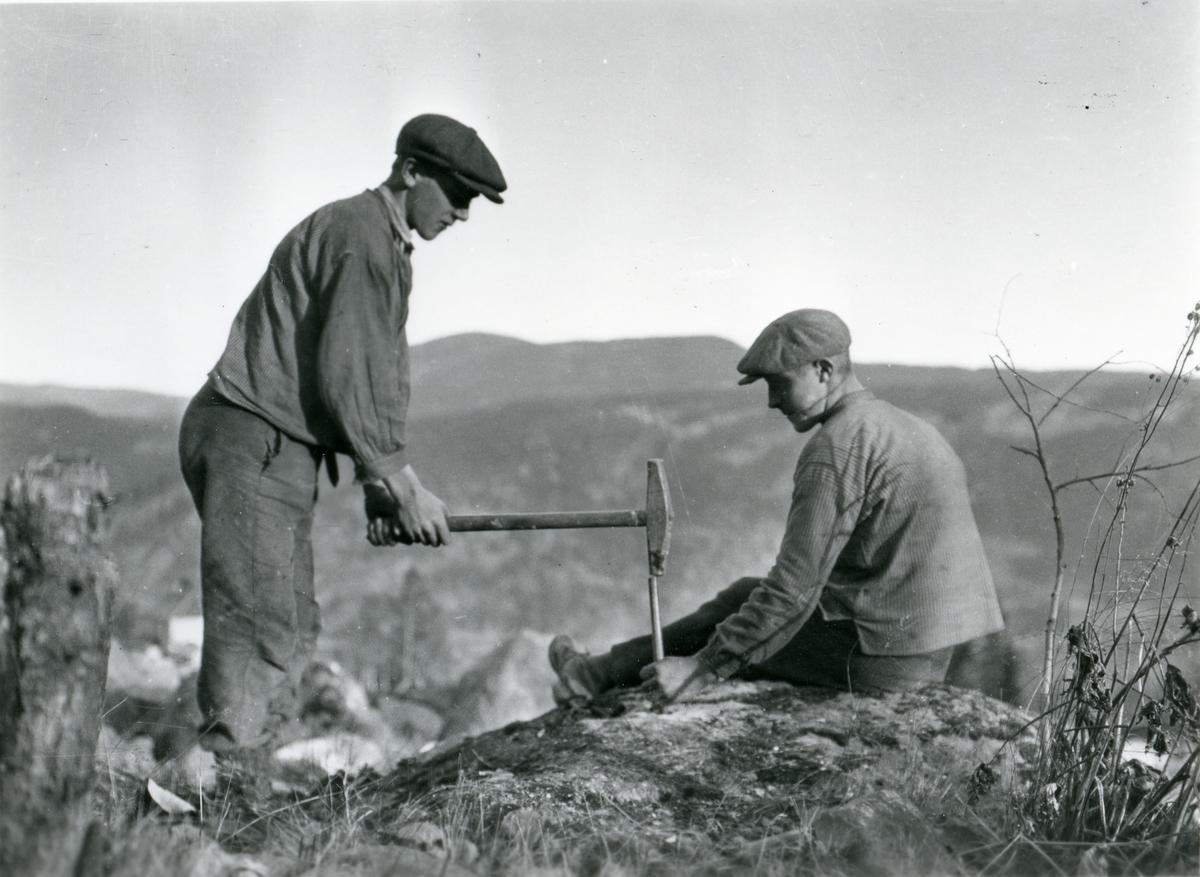 Åkerbryting på Thorshaug. Oddvard Smedsrud og Jakob Listrud.
