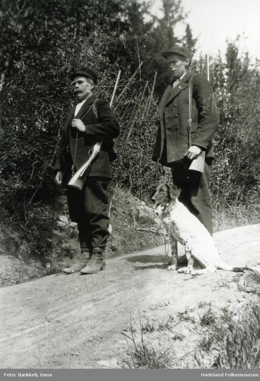 To menn med hund på fuglejakt. Til venstre Anders Bekkelund. Olaf Bekkeli med hund.