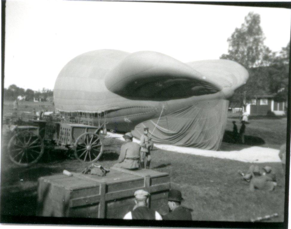 Fältballongen förankrad framför lägerhyddan i Skillingaryd.