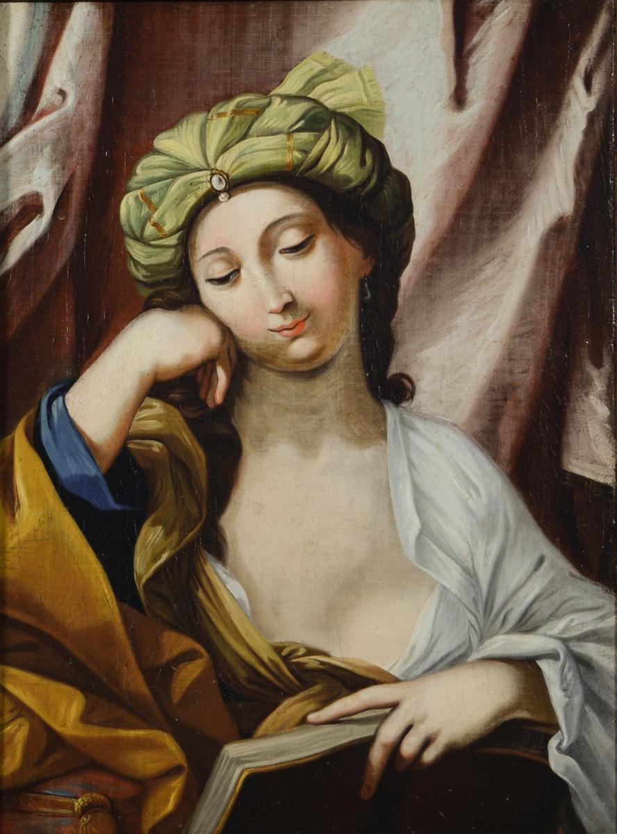 Brystbilde/halvfigur. Kvinne med tykt ansikt, liten munn og brune øyne støtter hodet mot høyre arm og har en bok i venstre hånd. Turbanlignende grønt hodeplagg. Mørkt brunt hår. Kledt i gult, beige, hvitt og blått. Pute eller lignende under hennes høyre albue. Brunrødt draperi bak.