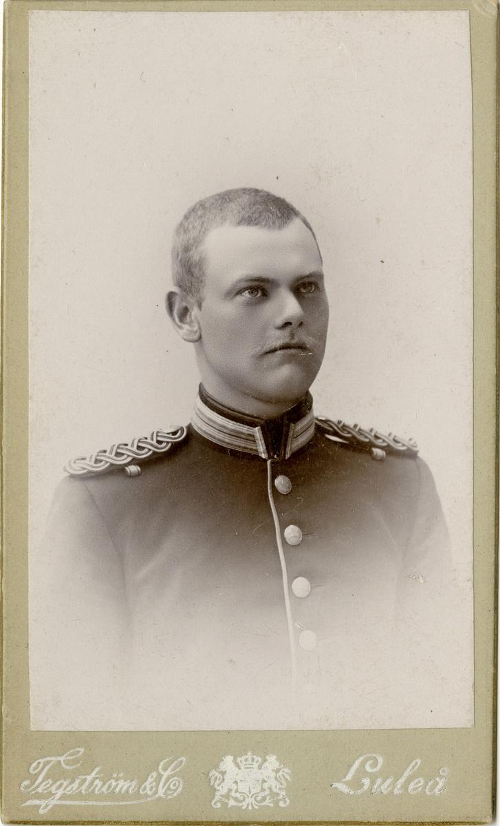 Porträtt av Karl Seth Johannes Öhrn, underlöjtnant vid Hälsinge regemente I 14. Se även AMA.0009349.