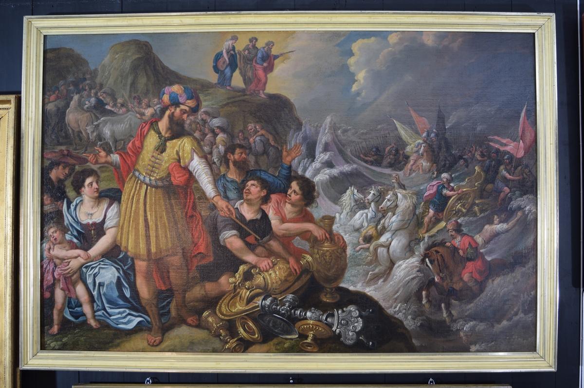 I bakgrunnen ser vi Moses som holder sin stav utover Rødehavet. Bak han er en mann, og en kvinne med strengeinstrument, dette kan være Aron og Mirjam. Havet, som har stått som en vegg slik at israelittene kunne gå tørrskodd over bunnen, er på vei tilbake og sluker farao's hær, med soldater med spyd og faner, hester og vogner.  Nedenfor Moses er klippestrand med folk og husdyr. I forgrunnen ser vi en mann som samler inn gull og sølvgjenstader. Dett er trolig Aaron, mannen som laget gullkalven, som israelittene begynte å tilbe da Moses var på Sinaifjellet. Himmelen viser uvær.