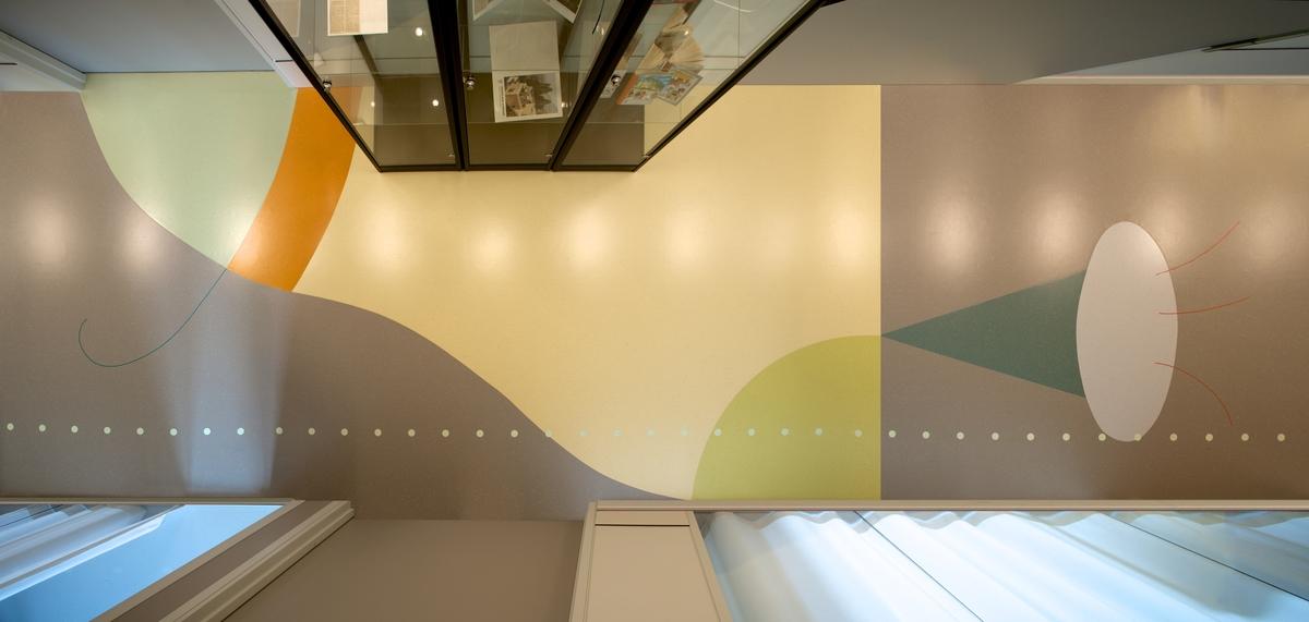 Kunstverket er utformet som organiske, mønstre i ulike farger.