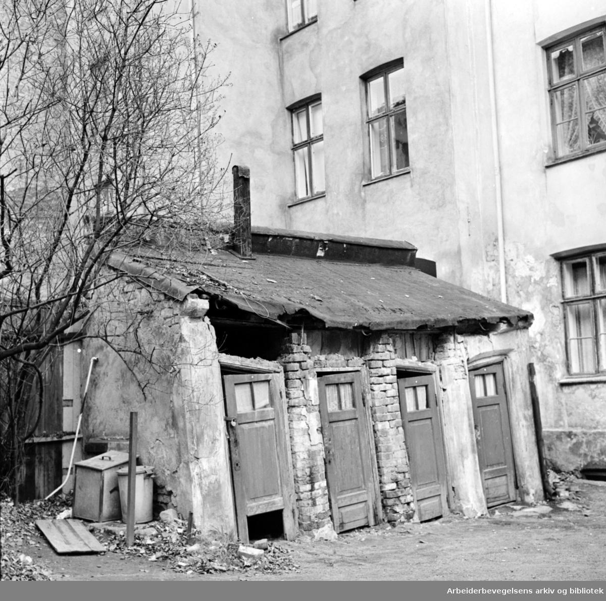 Schleppegrells gate. Gårdeier trenerer sak om nytt utedo.November 1962
