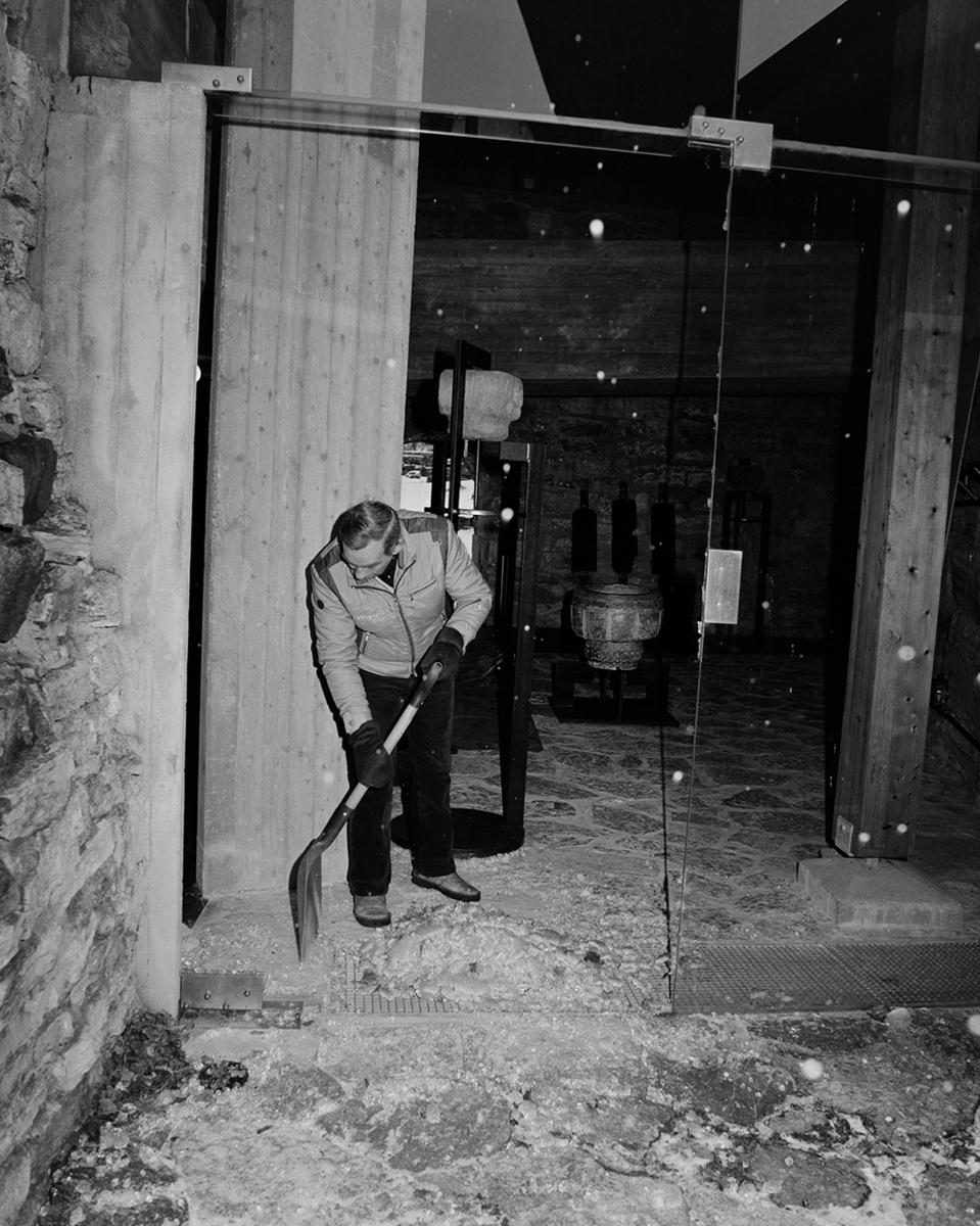 Arne Johnsen, rydder opp glass etter innbruddsforsøk i Storhamarlåven, januar 1983.