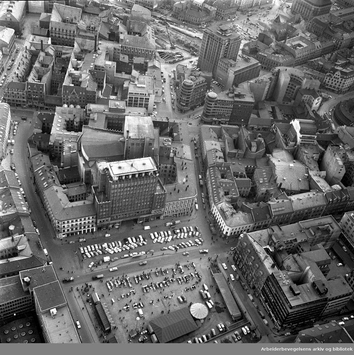 Flyfoto over Youngstorget, april 1964.