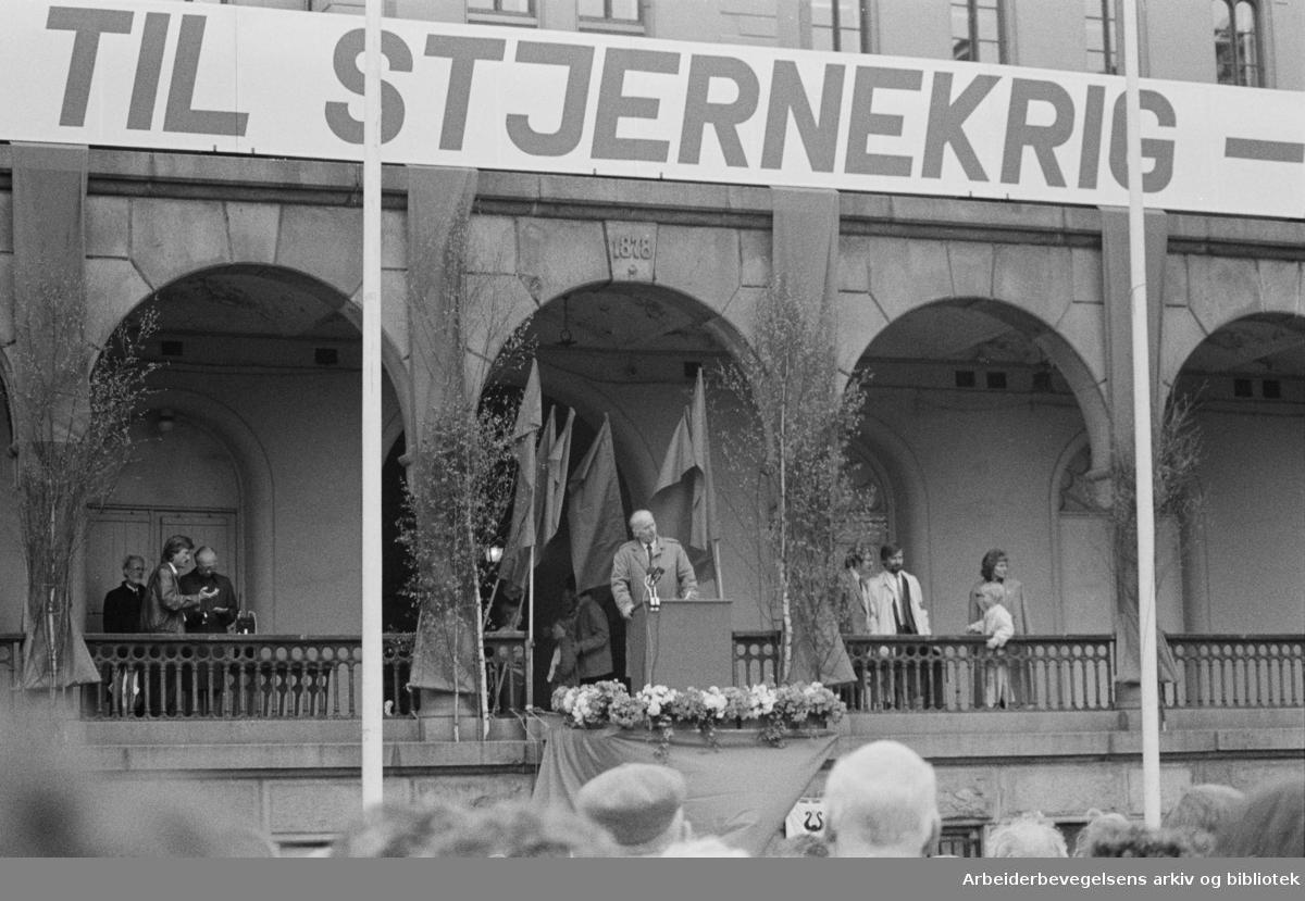 1. mai 1987, Thorvald Stoltenberg taler på Youngstorget.