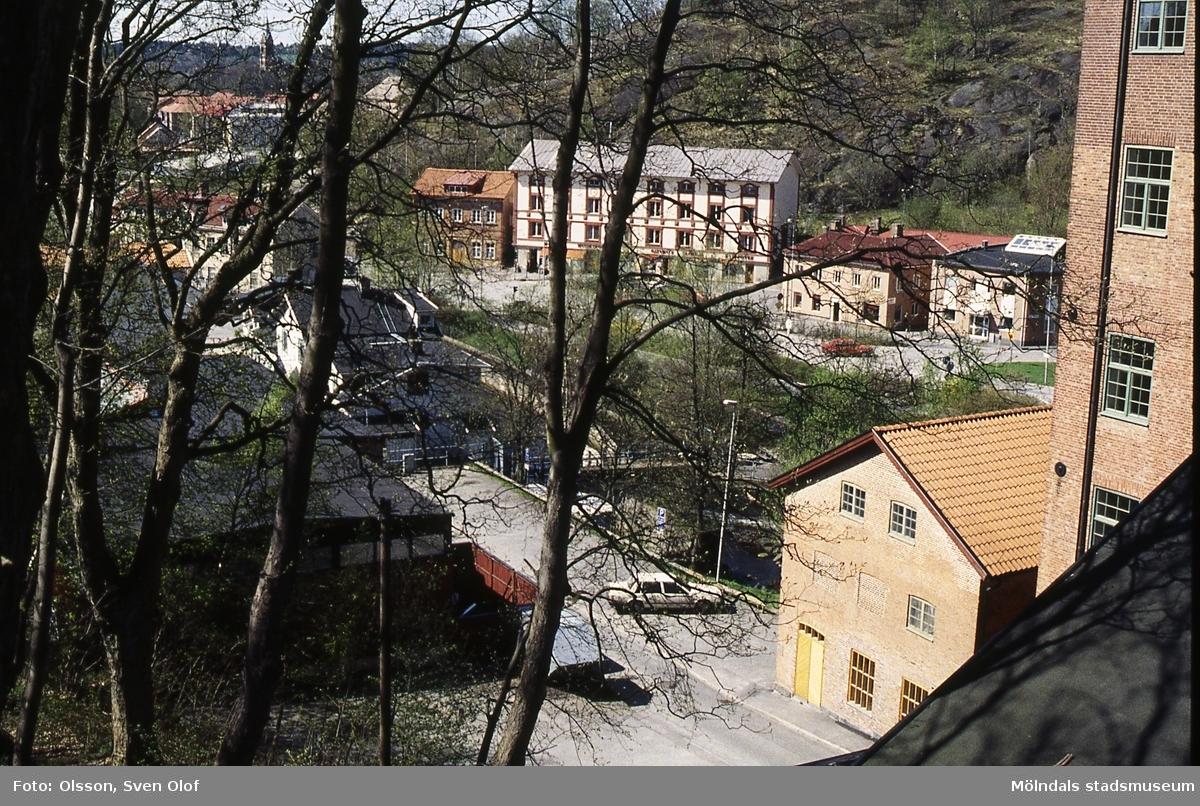 Vy från Kvarnbyparken mot bebyggelse vid Gamla Torget samt vid Götaforsliden i Mölndal, april 1994. Kv 18:1.
