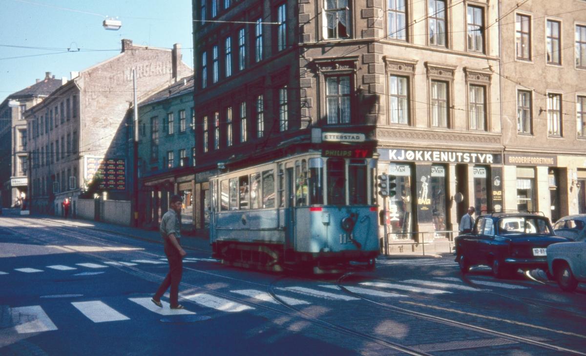 Sporvogn 114 på rute 6 i krysset Schweigaards gate/Oslogate. Dette var siste dag de klassiske toakslede Kristiania-trikkene gikk i ordinær rutetrafikk i Oslo.