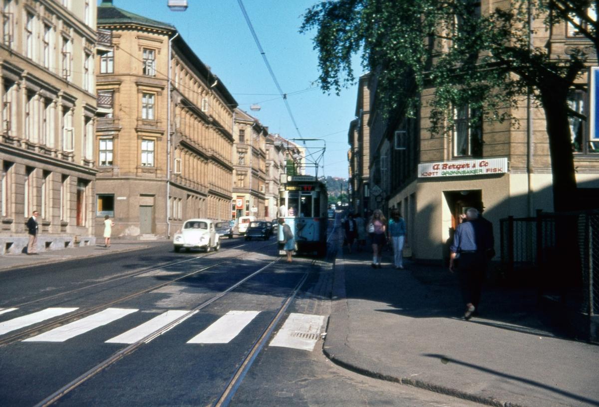 Sporvogn 91 på rute 6 ved krysset Schweigaards gate/Myklegardgata Dette var siste dag de klassiske toakslede Kristiania-trikkene gikk i ordinær rutetrafikk i Oslo.