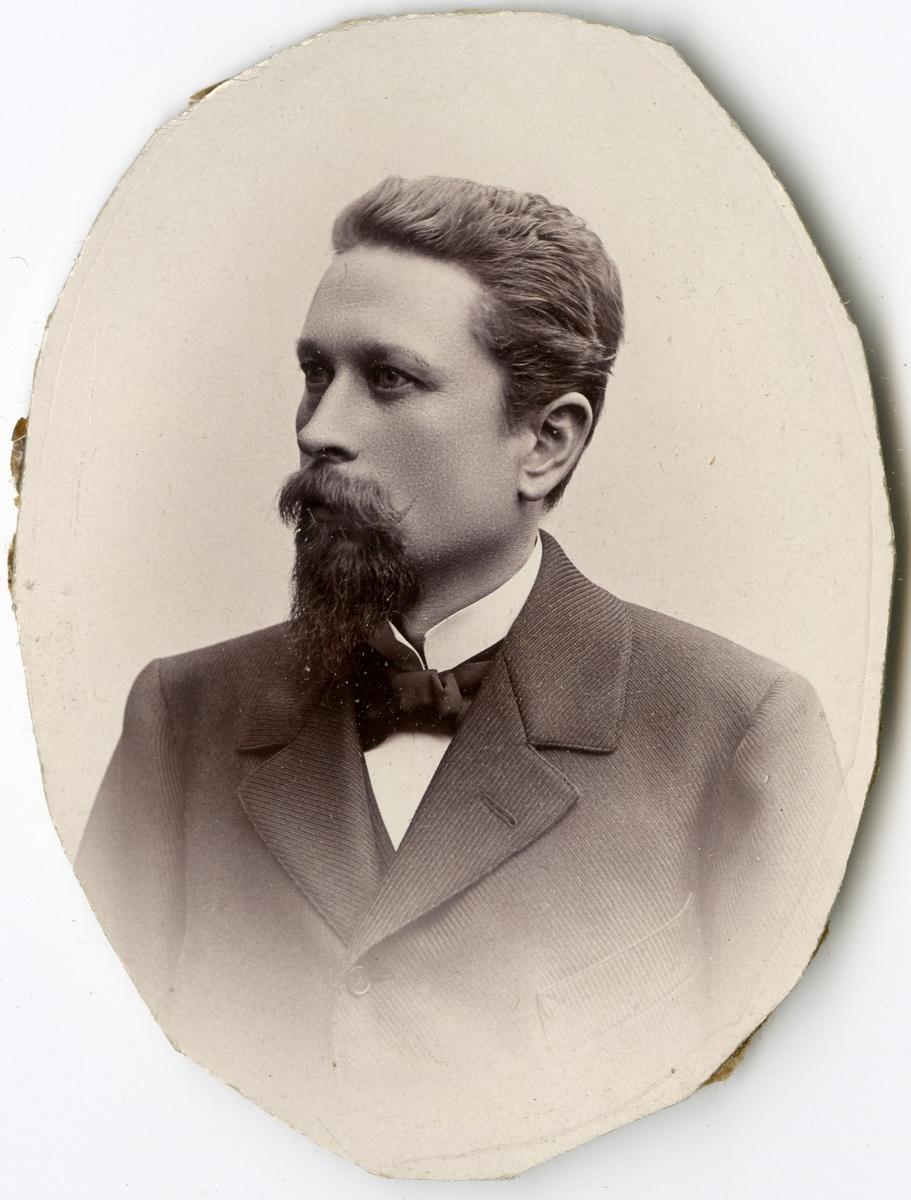 Porträtt av J.R. Lindmark vid Stockholms Tyg-, ammunitions- och gevärsförråd.