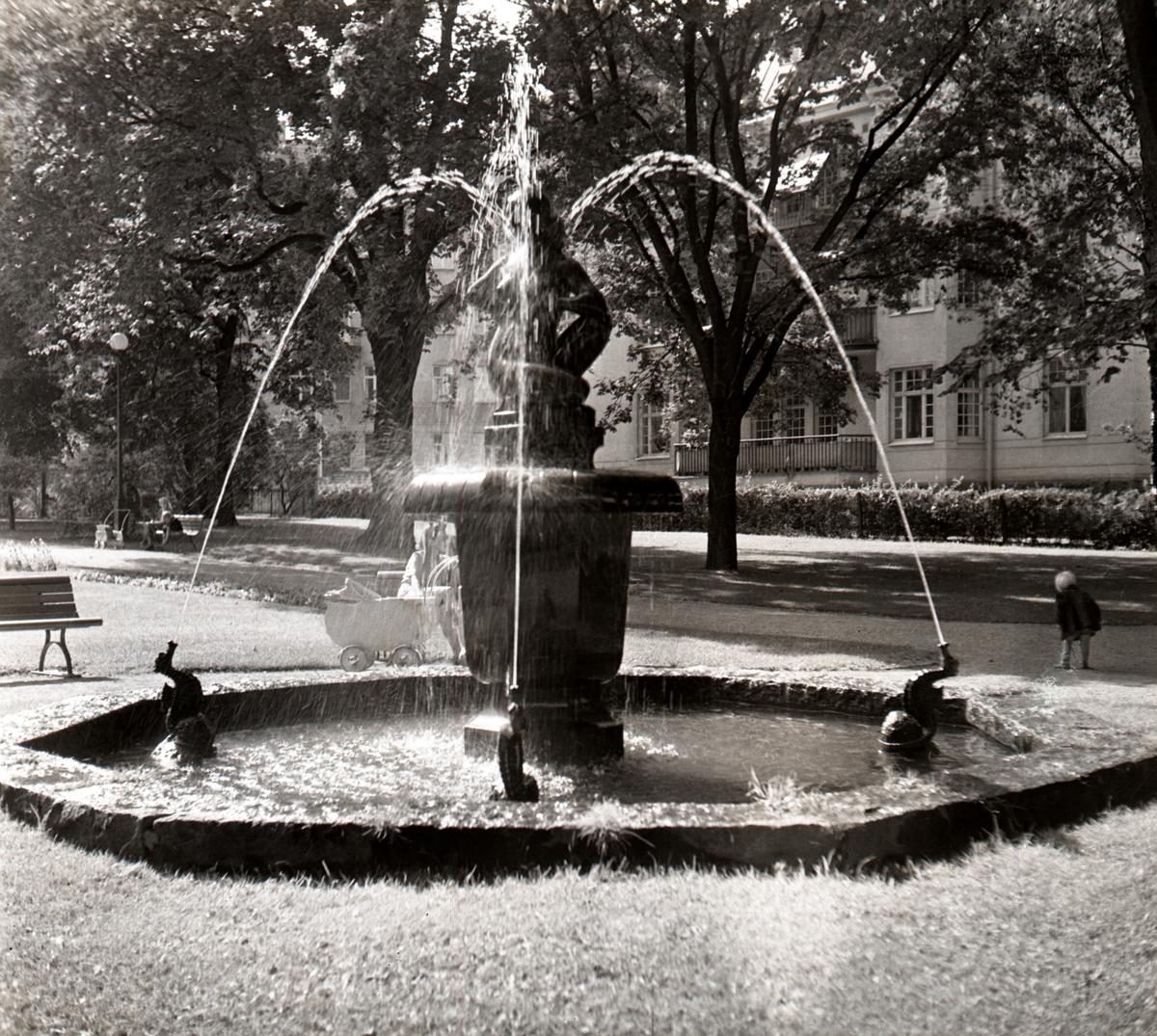 Skulpturen Fontänfigur invigdes 1922, fotografiet är från år 1940. Springbrunnen i Järnvägsparken av Gottfrid Larsson, 1922 är gjord i brons. Skulpturen är bekostad med pengar från hantverksutställningen1922. Skulpturen står på ett kalkformat fundament placerat i en åttkantig stenbassäng, där fyra små sjöhästar sprutar vatten. Den nakna, knäsittande kvinnan var tänkt att samspela med flera figurer i en större grupp av sjöhästar och tritoner. Det ger en förklaring till den underliga sprialvridna ställningen som gjort att konstverket i folkmun kallas för Damen med loppan. Skulpturen står på norra sidan av Järnvägsparken.