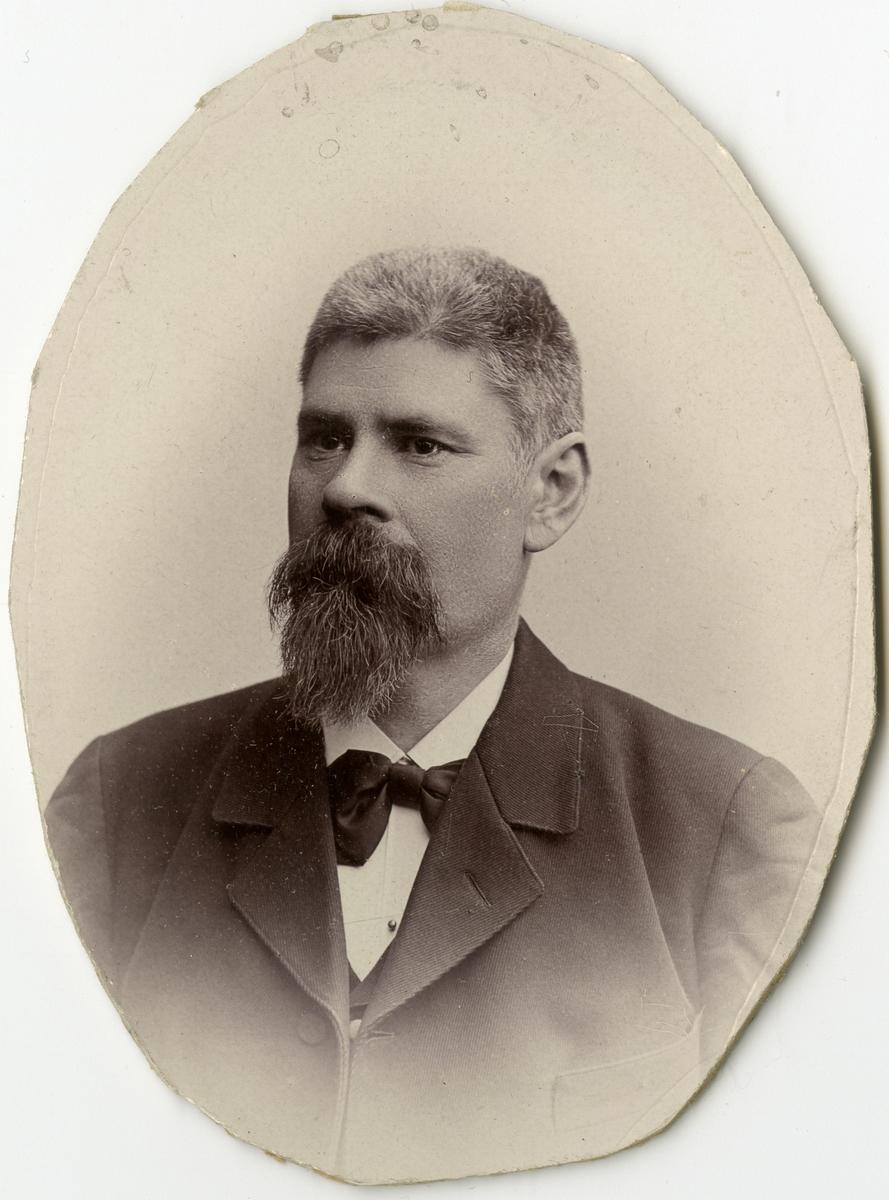 Porträtt av B. Johansson vid Stockholms Tyg-, ammunitions- och gevärsförråd.