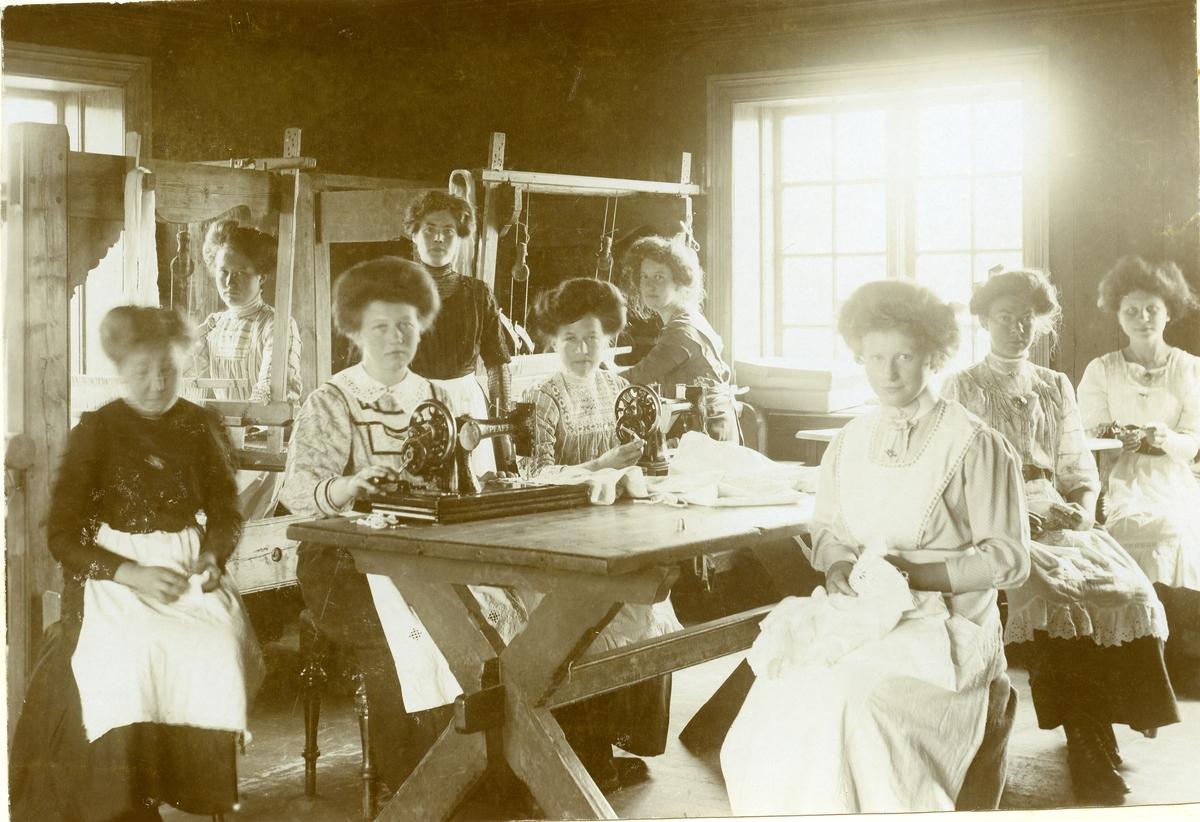 Eit sykurs ved Vestoppland Folkehøgskule, truleg tatt før 1915.