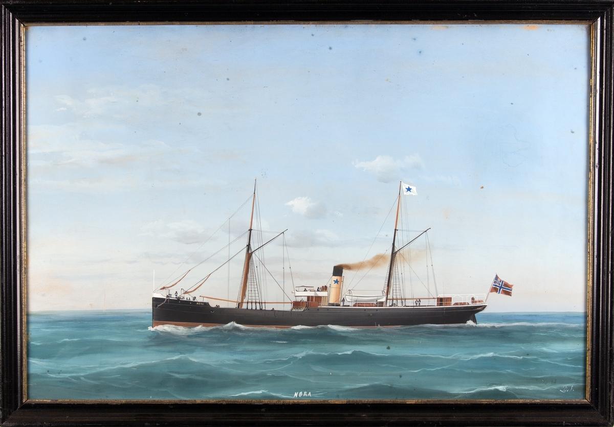 Skipsportrett av DS NORA under fart i åpen sjø. Fører unionsflagg akter samt rederiflagg.