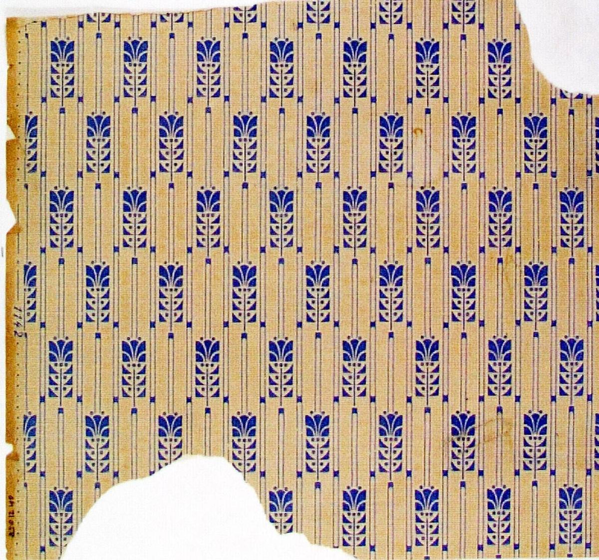 Randmönster med liten stiliserad blomma i diagonalupprepning. Övertryck med litet randmönster. Tryck i ljusblått på ofärgat papper.