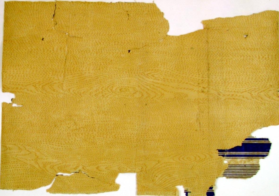 /Brev finnes/ Ekimiterande mönster i ljusbrunt på ofärgat papper.