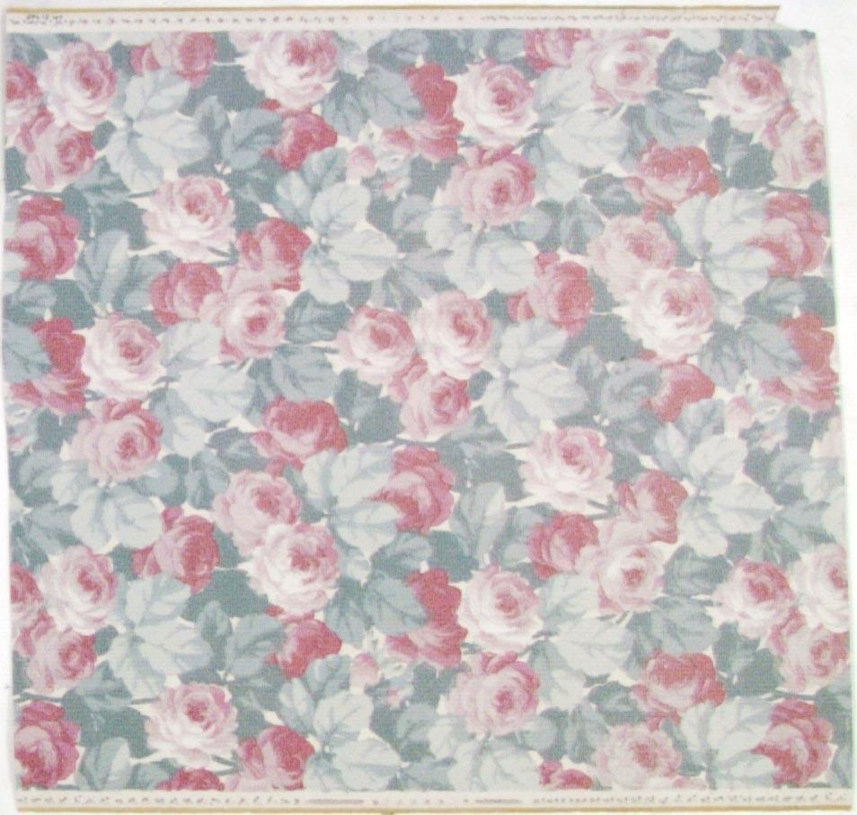 Tätt ytfyllande rosen-/bladmönster på en vit bakgrund. Tryck i ceris, ljusgrått samt i flera rosa nyanser. Övertryck med ett vitt streckmönster.