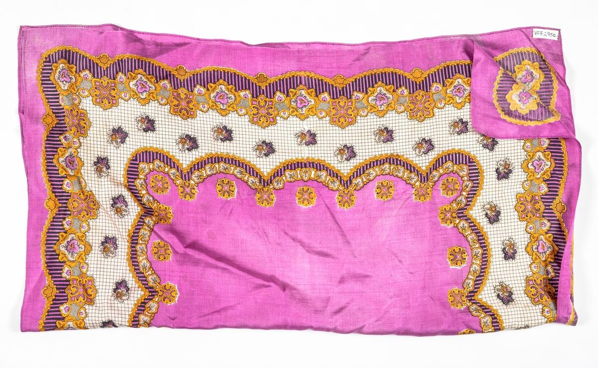 Tørkle i rosa silke med trykt mønster i svart, kvitt, beige og okergult. Falda for hand langs alle sidene med smal fald.