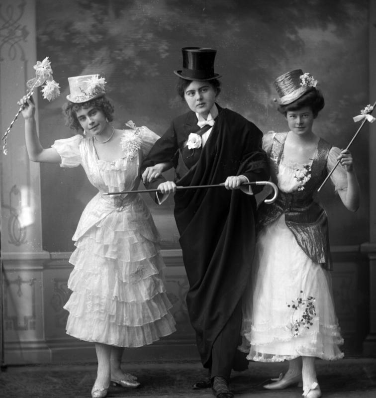 Gruppeportrett kvinner i kostymer