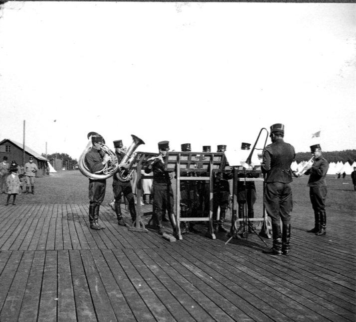 Musikkåren spelar på Tånga Hed.