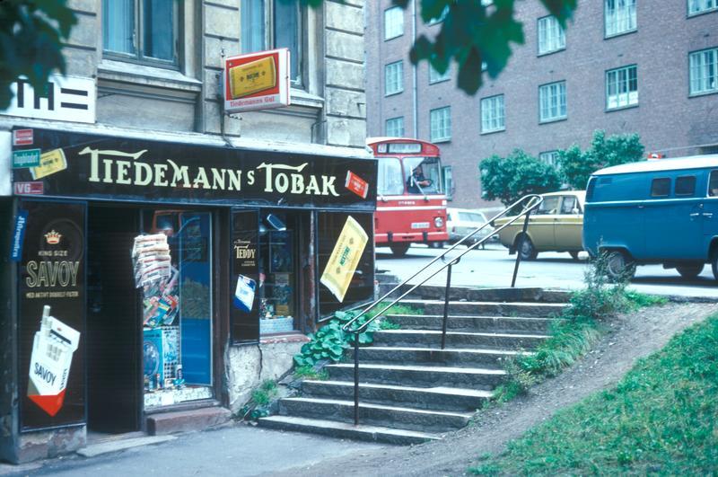 Reklame for tobakk utenfor kiosk ved Alexander Kiellands plass i Oslo.