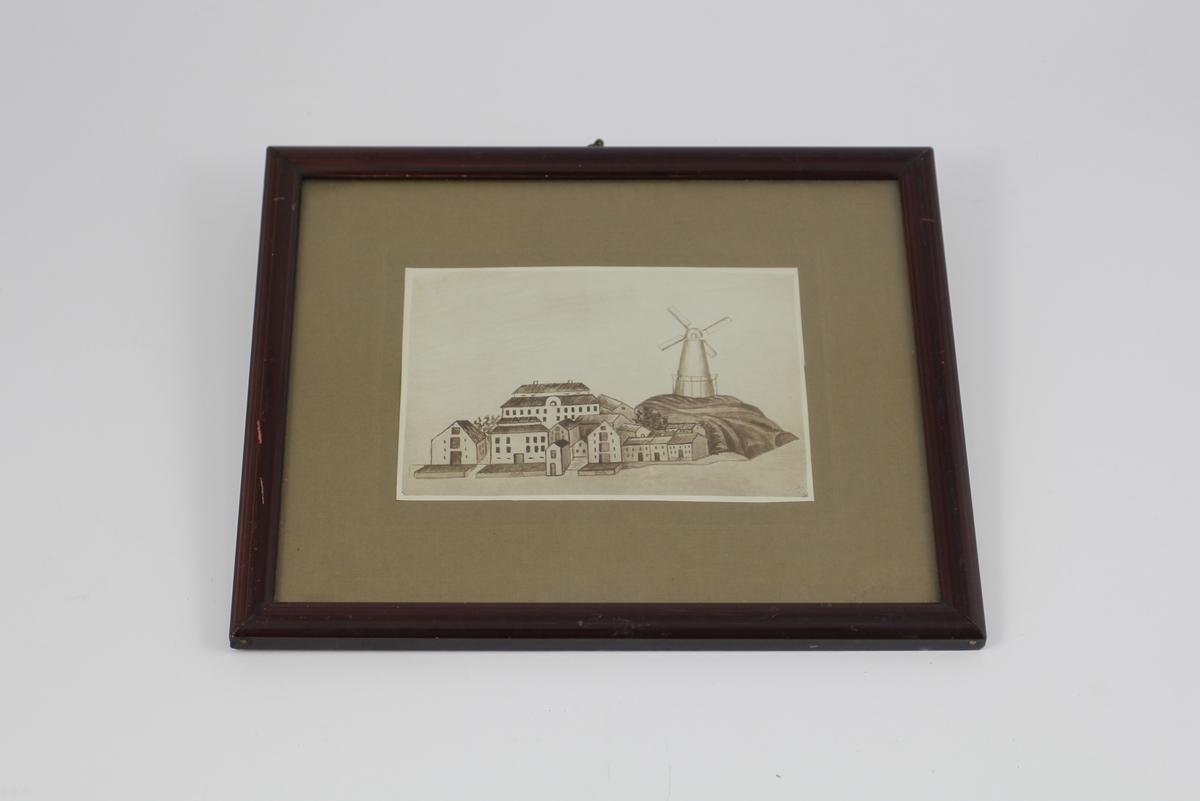 Prospekt fra Farsund. Enkel naiv tening av sjøboder og endel bakenforliggende hus med en større dominerende vindmølle på en haug.