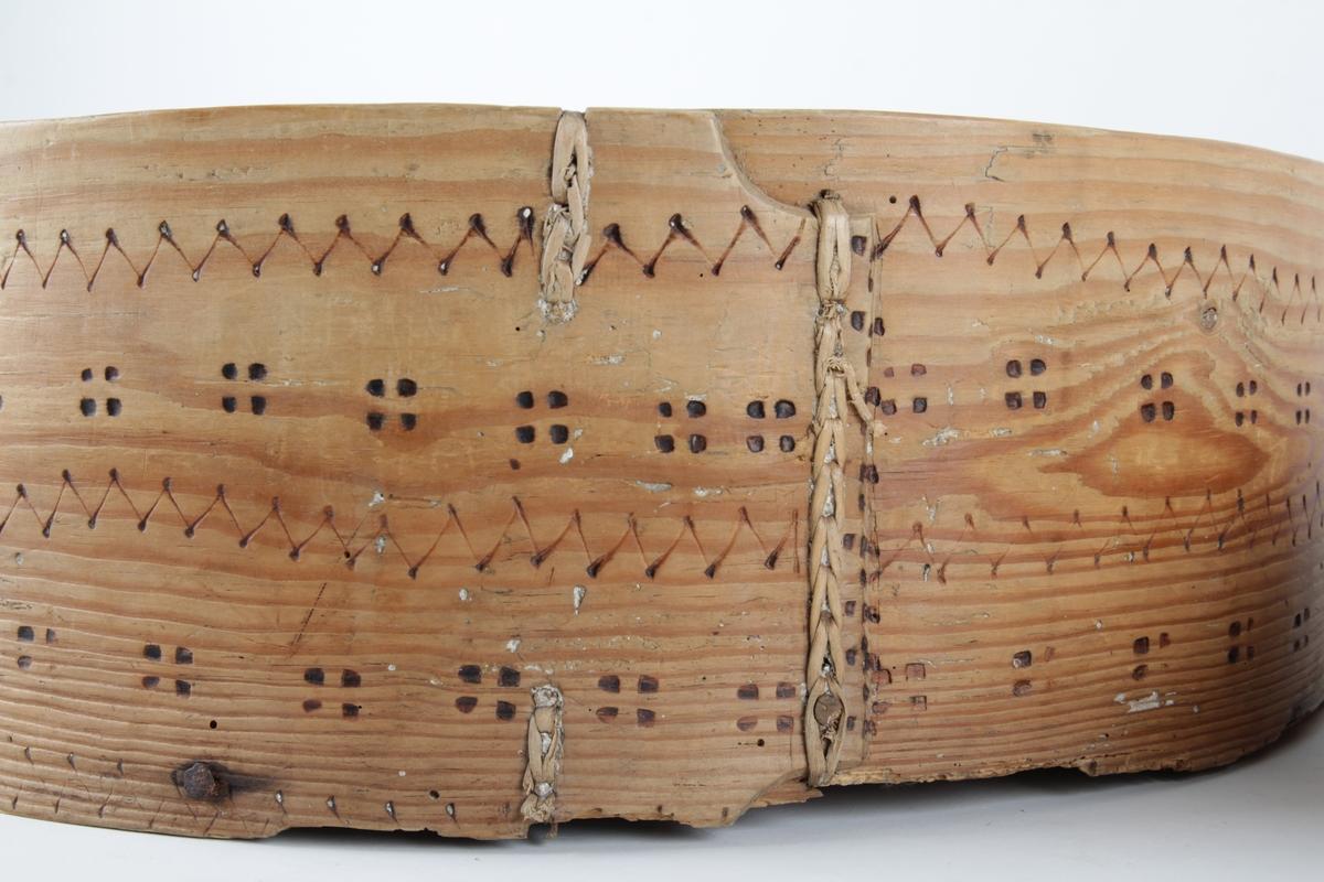 Rund flatbrødtine med lokk. Både underdel og lokk er dekorert med geometrisk mønster.