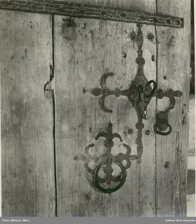 Beslag på porten till Källa ödekyrka.