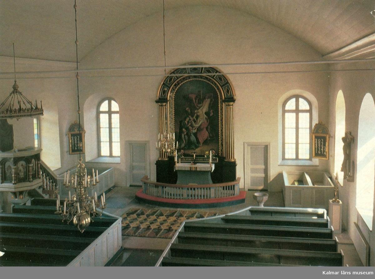 """Vykort med interiör från Högsrums kyrka. På bilden syns altartavlan """"Korsnedtagningen"""" som är en kopia av altartavlan i Kalmar domkyrka."""