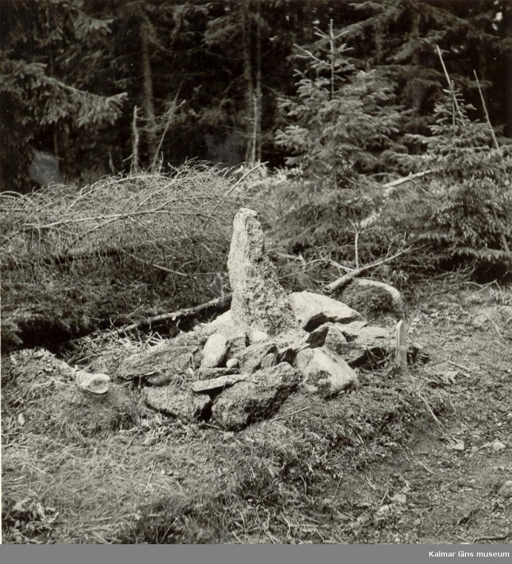Sten och röse upprest av befolkningen på platsen för Rumskullamordet 1951.