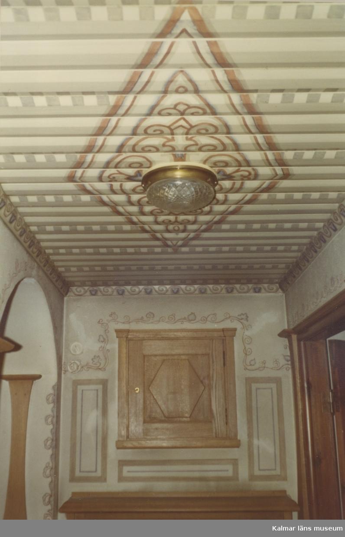 Lampa i hall på övre våningen i villa Solbacken.