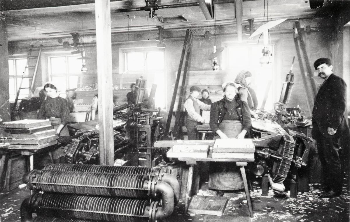 Tändstickstillverkning vid Växjö tändsticksfabrik.  Wäxiö tändsticksfabrik anlades 1868. Initiativtagare var handlanden Carl Schander som inspirerats av bröderna Lundström i Jönköping och tillsammans med bokhandlaren CG Södergren startade de Wäxiö tändsticksfabrik. Fabriken var belägen i området något väster om stadskärnan. Fabriken bestod av huvudbyggnad uppförd i parmsten jämte några flygelbyggnader och lagerhus i trä. Några år efter starten fanns ett åttiotal anställda varav hälften kvinnor. År 1875 hade man uppnått  nära 150 anställda och årsproduktionen uppgick till ett värde av cirka 200.000 kronor.     Flera ägare, uppgång och nergång  Södergren lämnade fabriken efter några år och Schander stod kvar som ensamägare till 1887 då han sålde till Swedish Match Company i London. Som disponent ledde Schander tändsticksfabriken till 1891 då Knut Johansson tillträdde. 1913 tog Förenade Tändsticksfabriker  med Ivar Kreuger över fabriken och verksamheten expanderade kraftigt. Fabriken byggdes till och försågs med maskinell utrustning samtidigt som produktionen ökade och antalet anställda var 1920 uppe i 400 och med ett tillverkningsvärde av 3.603.000 kronor.  Huvudsakligen exporterades tändstickorna till Amerika och Indien men sen gick det raskt utför. 1921 med depression och osäkerhet i världen fanns det bara plats för 290 anställda och inte fulla veckor. Timlönen hade efter hand sjunkit från 1:30 till 73 öre med 10% tillägg för de som arbetar tre dagar i veckan eller mindre.  En arbetares årsinkomst beräknas då ligga mellan 1060 - 1213 kronor. Fackföreningen begärde också hos stadsfullmäktige att arbetarna skulle befrias från skatt. Sedan 1917 ägs nu fabriken av Svenska Tändsticksaktiebolaget, det största företaget i världen inom sitt område.     Fabriken utplånad av brand  Den 30 maj 1922 inträffade en brand som fullständigt lade fabriken i ruiner och som också hotade den övriga bebyggelsen runt omkring. En nattvakt upptäckte branden vid 22-tiden i några sticktorkskå