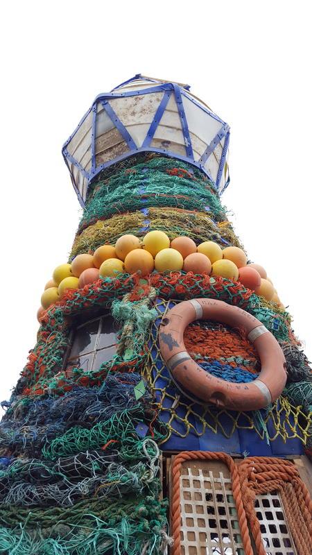Fyrtårnet ved Norsk Maritimt Museum, laget av søppel fra havet. På veggene blant annet tauverk i forskjellige farger, samt en livbøye.