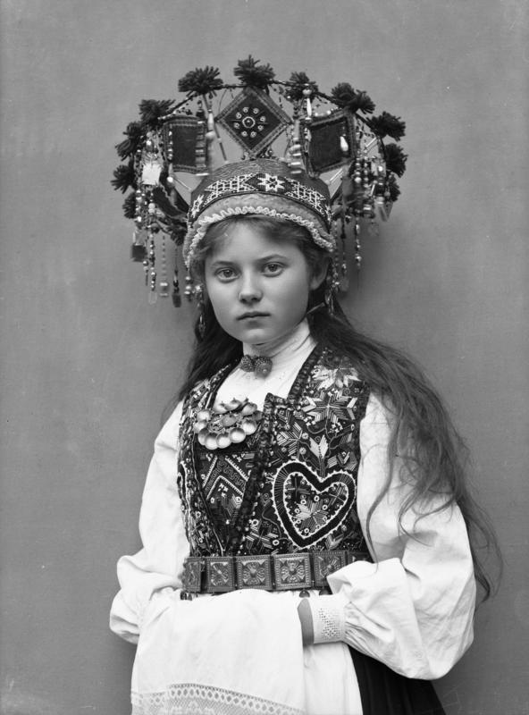 Studiofotografi av kvinne med brudedrakt og brudekrone. Stående med klede over hendene. 1899. (Foto/Photo)